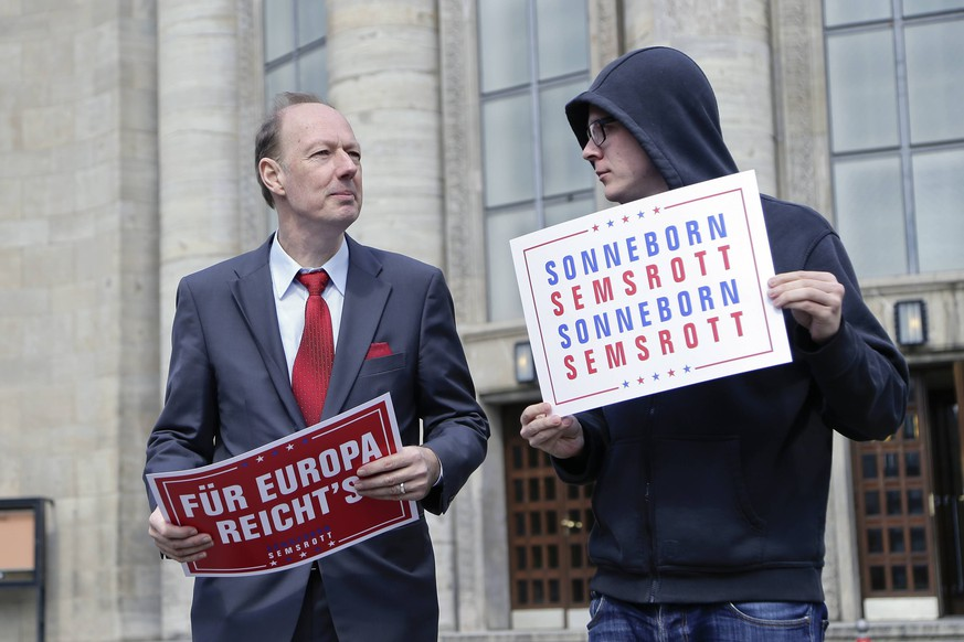 23.04.2019, Berlin, Deutschland - Pressetermin, Die PARTEI startet in den EU-Wahlkampf, mit dem Vorsitzenden Martin Sonneborn und dem Comedian Nico Semsrott. Foto: v.l. Martin Sonneborn, Vorsitzender von Die PARTEI und der Comedian Nico Semsrott, anlaesslich eines Pressetermins zum Start der Spasspartei Die PARTEI in den EU-Wahlkampf, vor der Volksbuehne in Berlin. *** 23 04 2019 Berlin Germany Press date PARTEI starts EU election campaign with President Martin Sonneborn and Comedian Nico Semsrott Photo v l Martin Sonneborn President of PARTEI and Comedian Nico Semsrott on the occasion of a press date for the launch of the Spasspartei PARTEI in the EU election campaign in front of the peoples stage in Berlin