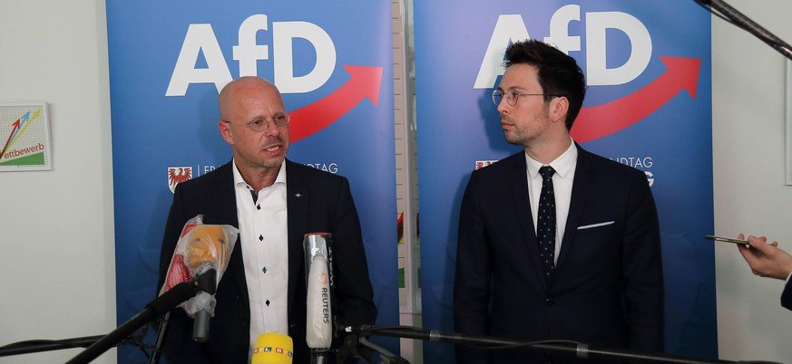 Andreas Kalbitz links, parteilos, bisheriger AfD-Landes- und Fraktionschef spricht nach einer Sondersitzung der AfD-Landtagsfraktion auf einer Pressekonferenz zu dessen Verbleib in der Fraktion nach Partei-Rauswurf durch den Bundesvorstand, Landtag Brandenburg, Potsdam, 18. Mai 2020. Rechts steht Dennis Hohloch AfD. Brandenburg: Andreas Kalbitz bleibt Mitglied der AfD-Landtagsfraktion *** Andreas Kalbitz left, non-party, former AfD State and faction leader speaks after a special session of the AfD State Parliamentary Group at a press conference on his whereabouts in the faction after party expulsion by the Federal Executive Committee, Brandenburg State Parliament, Potsdam, 18 May 2020 On the right is Dennis Hohloch AfD Brandenburg Andreas Kalbitz remains member of the AfD State Parliamentary Group