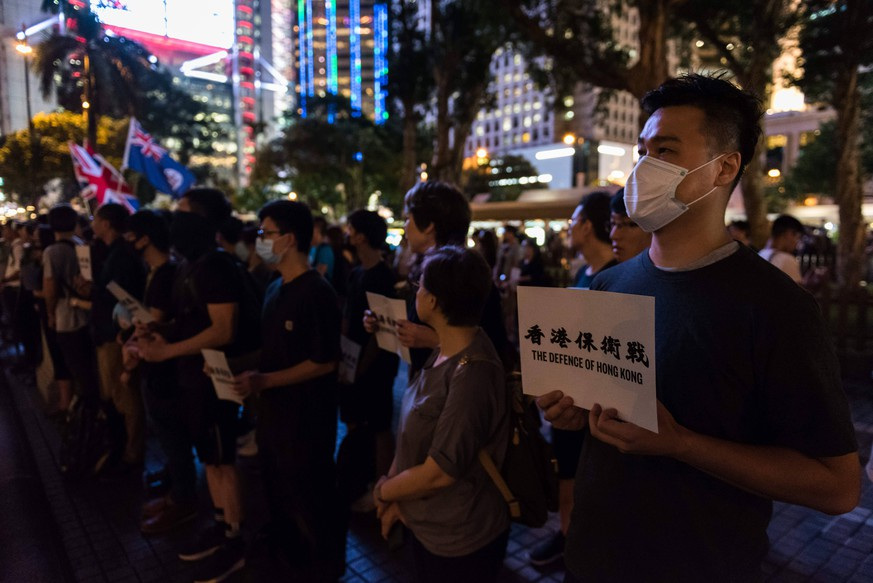 News Bilder des Tages Proteste in Hongkong August 30, 2019, Hong Kong, Hong Kong Island, China: A protester holds a placard supporting Hong Kong and the anti-extradition movement during the commemoration..Protesters gathered to commemorate the 74th anniversary of the liberation of Hong Kong and reaffirm their support of the anti-extradition movement. Protesters stood in silence with flowers and signs before chanting various anti-extradition slogans. Hong Kong China PUBLICATIONxINxGERxSUIxAUTxONLY - ZUMAs197 20190830_zaa_s197_061 Copyright: xAidanxMarzox