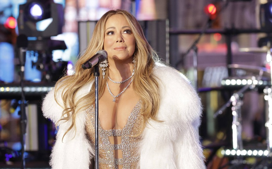 Mariah Carey performs in Times Square on New Year s Eve in New York City on December 31, 2017. An estimated one million people will be in Times Square on New Year s Eve and over one billion will be watching throughout the world as the traditional Waterford Crystal ball will drop brining in 2018. PUBLICATIONxINxGERxSUIxAUTxHUNxONLY NYP20171231126 JOHNxANGELILLO