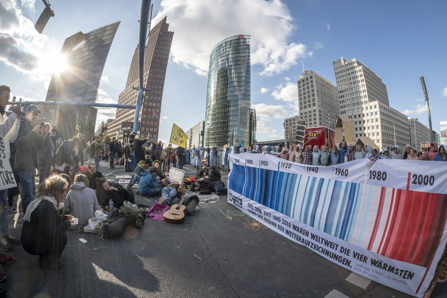 Extinction Rebellion blockiert Potsdamer Platz, Klimaaktivisten protestieren mit Blockadeaktionen fuer eine strengere Klimapolitik in Berlin  Extinction rebellion blocks Potsdamer Platz, climate activists protest with blockade actions for stricter climate policy in Berlin