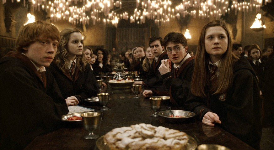 HARRY POTTER AND THE HALF-BLOOD PRINCE, Rupert Grint left, Emma Watson second from left, Matthew Lewis third from right, Daniel Radcliffe second from right, Bonnie Wright right, 2009. Warner Bros./courtesy Everett Collection Warner Bros/Courtesy Everett Collection ACHTUNG AUFNAHMEDATUM GESCH
