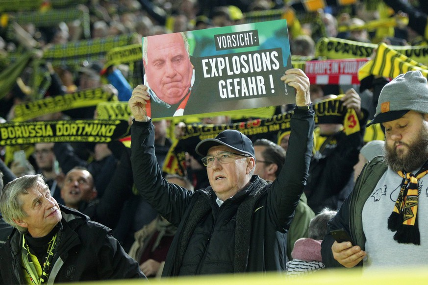 Ein Fan von Borussia Dortmund haelt ein Schild mit dem Portrait von Praesident und Aufsichtsratvorsitzender Uli Hoeness (Muenchen) hoch mit dem Schriftzug Vorsicht: Explosionsgefahr! beim Spiel Borussia Dortmund vs. FC Bayern Muenchen, Fussball, 1. Bundesliga, 10.11.2018 DFL REGULATIONS PROHIBIT ANY USE OF PHOTOGRAPHS AS IMAGE SEQUENCES AND/OR QUASI-VIDEO Borussia Dortmund vs. FC Bayern Muenchen, Fussball, 1. Bundesliga, 10.11.2018 Dortmund *** A fan of Borussia Dortmund holds up a sign with the portrait of President and Chairman of the Supervisory Board Uli Hoeness Munich with the stroke Caution Risk of explosion during the game Borussia Dortmund vs. FC Bayern Muenchen Soccer 1 Bundesliga 10 11 2018 DFL REGULATIONS PROHIBIT ANY USE OF PHOTOGRAPHS AS IMAGE SEQUENCES AND OR QUASI VIDEO Borussia Dortmund vs. FC Bayern Muenchen Soccer 1 Bundesliga 10 11 2018 Dortmund Copyright: xEIBNER/MarioxHommesx EP_EER