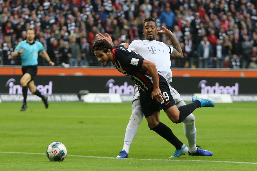02.11.2019, xtvx, Fussball 1.Bundesliga, Eintracht Frankfurt - Bayern Muenchen emspor, v.l. Zweikampf, Duell, duel, tackle, compete Goncalo Paciencia Eintracht Frankfurt Jerome Boateng FC Bayern Muenchen DFL/DFB REGULATIONS PROHIBIT ANY USE OF PHOTOGRAPHS as IMAGE SEQUENCES and/or QUASI-VIDEO Frankfurt am Main *** 02 11 2019, xtvx, Football 1 Bundesliga, Eintracht Frankfurt Bayern Muenchen emspor, v l Duel, duel, tackle, compete Goncalo Paciencia Eintracht Frankfurt Jerome Boateng FC Bayern Muenchen DFL DFB REGULATIONS PROHIBIT ANY USE OF PHOTOGRAPHS as IMAGE SEQUENCES and or QUASI VIDEO Frankfurt am Main