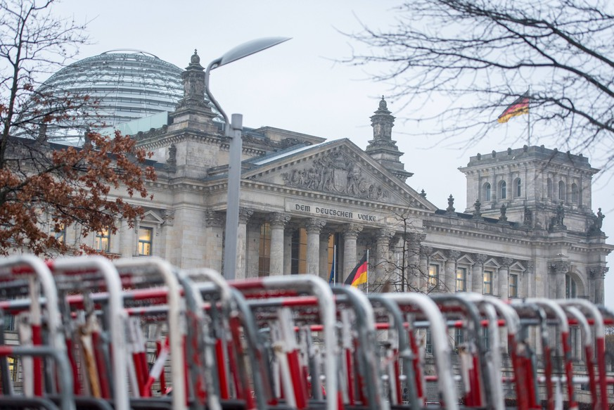 Berlin, Berliner Polizei sperrt die Bundestagswiese ab Deutschland, Berlin - 17.11.2020: Am Tag vor der geplanten Demo von Gegnern und Kritikern der aktuellen Politik der Bundesregierung gegen die Ausbreitung der Corona Pandemie stellt die Polizei Gitter um die Wiese vor dem Bundestag auf. Berlin Berlin Deutschland *** Berlin, Berlin police blocks the Bundestag meadow in front of the Bundestag, Berlin 17 11 2020 The day before the planned demonstration of opponents and critics of the current policy of the Federal Government against the spread of the Corona Pandemic, the police put up bars around the meadow in front of the Bundestag on Berlin Berlin Germany