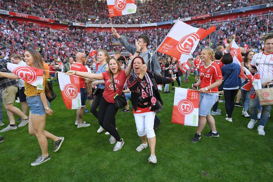 06.05.2018, Fussball GER, Saison 2017 2018, 2. Bundesliga, 33. Spieltag, Fortuna Duesseldorf - Holstein Kiel, Die Fans feiern auf den Rasen den Aufstieg in die 1. Bundesliga *** 06 05 2018 Soccer GER Season 2017 2018 2 Bundesliga 33 Matchday Fortuna Duesseldorf Holstein Kiel The fans celebrate the ascent to the 1 Bundesliga on the pitch Team2