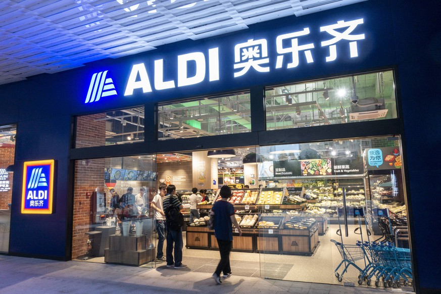 SHANGHAI, CHINA - JUNE 10: Citizens purchase food at Aldi supermarket on June 10, 2019 in Shanghai, China. China s import and export of trade in goods reached 12.1 trillion yuan in the first five months of this year, increasing 4.1 percent year-on-year, according to the General Administration of Customs on Monday. PUBLICATIONxINxGERxSUIxAUTxHUNxONLY Copyright: xVCGx CFP111220502854