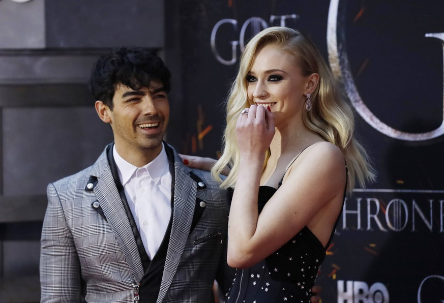 Sophie Turner and Joe Jonas arrive on the red carpet at the Season 8 premiere of Game of Thrones at Radio City Music Hall on April 3, 2019 in New York City. PUBLICATIONxINxGERxSUIxAUTxHUNxONLY NYP20190403549 JOHNxANGELILLO