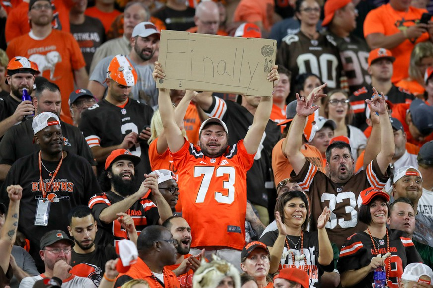 CLEVELAND, OH - SEPTEMBER 20: Cleveland Browns fans celebrate as the seconds tick off the clock during the fourth quarter of the National Football League game between the New York Jets and Cleveland Browns on September 20, 2018, at FirstEnergy Stadium in Cleveland, OH. Cleveland defeated New York 21-17. (Photo by Frank Jansky/Icon Sportswire) NFL American Football Herren USA SEP 20 Jets at Browns PUBLICATIONxINxGERxSUIxAUTxHUNxRUSxSWExNORxDENxONLY Icon180920030