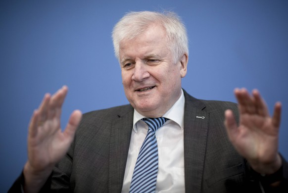 Bundesinnenminister Horst Seehofer, CSU, bei einer Pressekonferenz, anlaesslich zum Fachkraefte-Zuwanderungsgesetz in Berlin. 02.10.2018. Berlin Deutschland *** Federal Interior Minister Horst Seehofer CSU at a press conference on the subject of the Immigration Law in Berlin 02 10 2018 Berlin Germany PUBLICATIONxINxGERxSUIxAUTxONLY Copyright: xFelixxZahnx