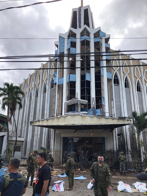 (190127) -- MANILA, Jan. 27, 2019 -- Soldiers are deployed to secure the explosion scene outside a church where twin explosions occurred in Sulu Province, the Philippines, Jan. 27, 2019. The death toll climbed to 19 in the twin explosions, the Philippine National Police chief said. ) PHILIPPINES-SULU-CHURCH-EXPLOSION STRINGER PUBLICATIONxNOTxINxCHN