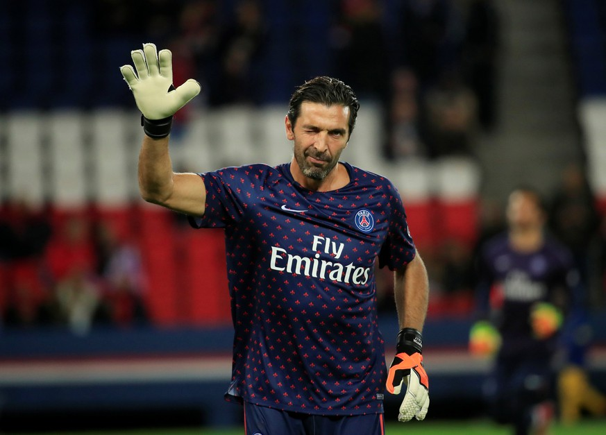 Soccer Football - Ligue 1 - Paris St Germain v Olympique Lyonnais - Parc des Princes, Paris, France - October 7, 2018  Paris St Germain's Gianluigi Buffon during the warm up before the match   REUTERS/Gonzalo Fuentes