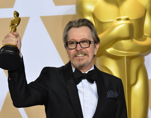Actor Gary Oldman, winner of the award for Best Actor award for Darkest Hour appears backstage with his Oscar during the 90th annual Academy Awards at Loews Hollywood Hotel in the Hollywood section of Los Angeles on March 4, 2018. PUBLICATIONxINxGERxSUIxAUTxHUNxONLY LAP201803041535 JIMxRUYMEN