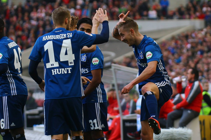 31.03.2018, xkvx, Fussball 1.Bundesliga, VfB Stuttgart - Hamburger SV, emspor, v.l. Torjubel, Goal celebration, celebrate the goal zum 0:1 durch Lewis Holtby (HSV - Hamburger SV) mit der Mannschaft Stuttgart *** 31 03 2018 xkvx Football 1 Bundesliga VfB Stuttgart Hamburger SV emspor v l Torjubel Goal celebration celebrate goal to 0 1 by Lewis Holtby HSV Hamburger SV with Stuttgart