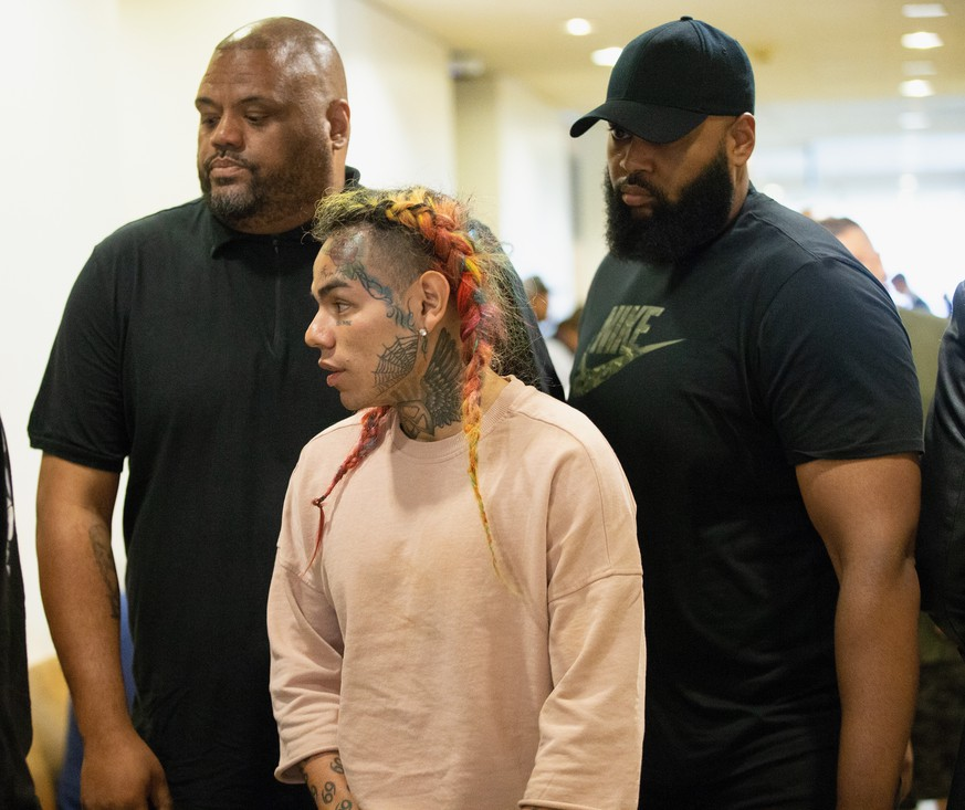 HOUSTON, TX - AUGUST 22:  Rapper Tekashi69, real name Daniel Hernandez and also known as 6ix9ine, Tekashi 6ix9ine, Tekashi 69,  arrives for his arraignment on assault charges in County Criminal Court #1 at the Harris County Courthouse on August 22, 2018 in Houston, Texas.  (Photo by Bob Levey/Getty Images)