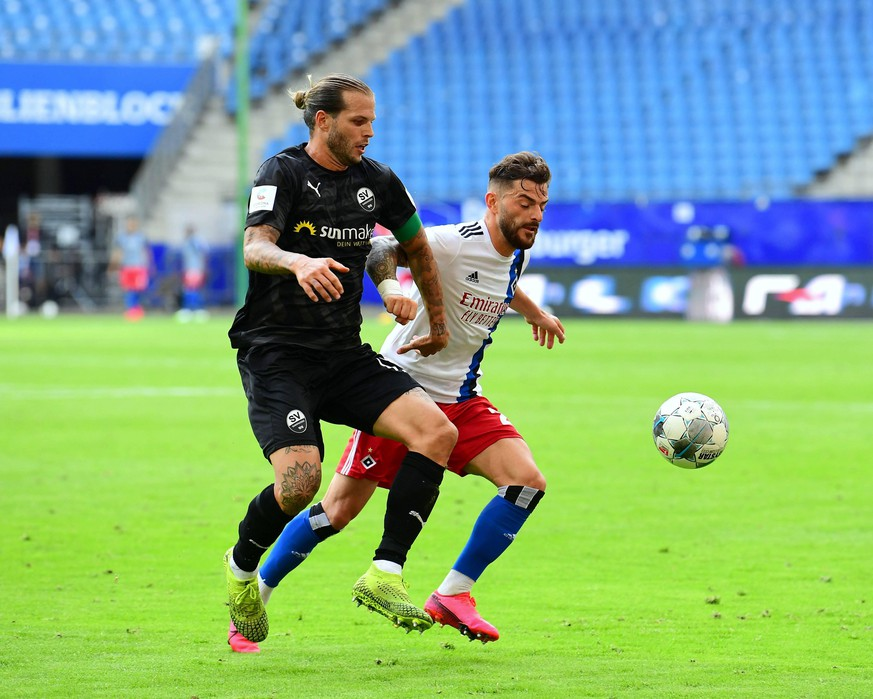 Hamburger SV - SV Sandhausen Fußball, 2. Bundesliga 2019/20, Hamburger SV - SV Sandhausen: v.l. Diekmeier Dennis Sandhausen gegen Leibold Tim HSV Photo: KBS-Picture/Pool via xim.gs DFL regulations prohibit any use of photographs as image sequences and/or quasi-video. Editorial use only. National and international news agencies out. Hamburg Deutschland *** Hamburger SV SV Sandhausen Football, 2 Bundesliga 2019 20, Hamburger SV SV Sandhausen v l Diekmeier Dennis Sandhausen v Leibold Tim HSV Photo KBS Picture Pool via xim gs DFL regulations prohibit any use of photographs as image sequences and or quasi video Editorial use only National and international news agencies out Hamburg Germany Poolfoto KBS-Picture/Pool via xim.gs ,EDITORIAL USE ONLY