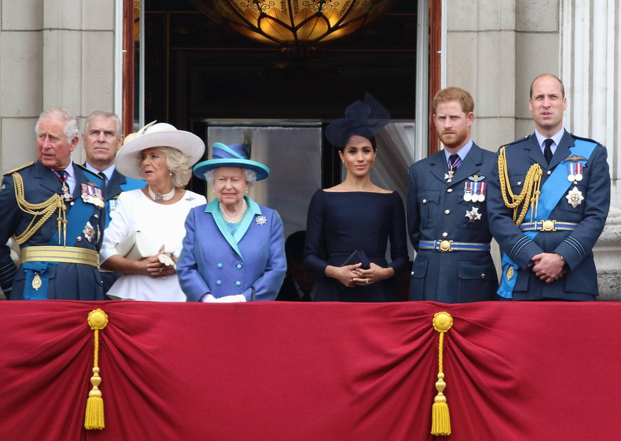 100th Anniversary of the Royal Air Force London, UK. Prince Charles, Prince Andrew, Camilla Duchess of Cornwall, Queen Elizabeth II, Prince Harry and Meghan Markle ( The Duke and Duchess of Sussex ) with Prince William and Kate Middleton ( Catherine Duchess of Cambridge) at 100th Anniversary of the Royal Air Force, Buckingham Palace, London, UK on Tuesday 10th July 2018. LMK73-j2287-110718 PUBLICATIONxINxGERxSUIxAUTxONLY