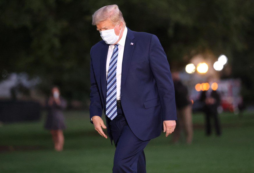 WASHINGTON, DC - OCTOBER 05: U.S. President Donald Trump returns to the White House from Walter Reed National Military Medical Center on October 05, 2020 in Washington, DC. Trump spent three days hospitalized for coronavirus. (Photo by Win McNamee/Getty Images)