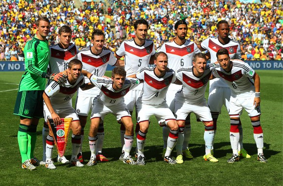 ITAR-TASS: RIO DE JANEIRO. JULY 4, 2014. Germany s Philipp Lahm, Thomas Mueller, Benedikt Hoewedes, Bastian Schweinsteiger, Mesut Oezil (L-R front), goalkeeper Manuel Neuer, Toni Kroos , Miroslav Klose, Mats Hummels, Sami Khedira and Jerome Boateng (L-R background) pose for a group photograph ahead of the 2014 FIFA World Cup quarterfinal football match at the Maracana Stadium in Rio de Janeiro. The German team won the game 1:0. PUBLICATIONxINxGERxAUTxONLY RE149548ITAR TASS Rio de Janeiro July 4 2014 Germany s Philipp Lahm Thomas Mueller Benedict Hoewedes Bastian Schweinsteiger Mesut Oezil l r Front Goalkeeper Manuel later Toni Kroos Miroslav Klose Mats Hummels Sami Khedira and Jerome Boateng l r Background Pose for A Group Photograph Ahead of The 2014 FIFA World Cup Quarter finals Football Match AT The Mara Cana Stage in Rio de Janeiro The German team Won The Game 1 0 PUBLICATIONxINxGERxAUTxONLY