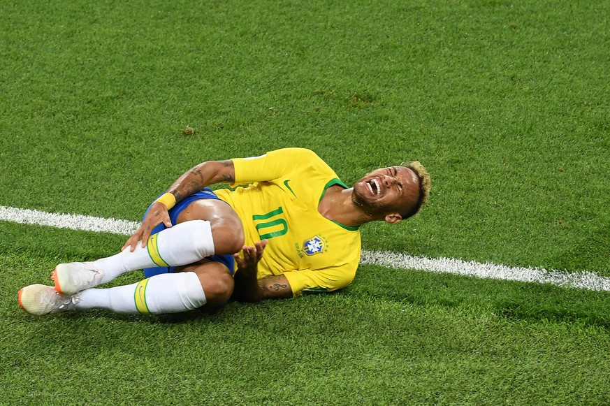 (180627) -- MOSCOW, June 27, 2018 -- Neymar of Brazil falls down after his injury during the 2018 FIFA World Cup WM Weltmeisterschaft Fussball Group E match between Brazil and Serbia in Moscow, Russia, June 27, 2018. Brazil won 2-0 and advanced to the round of 16. ) (SP)RUSSIA-MOSCOW-2018 WORLD CUP-GROUP E-SERBIA VS BRAZIL WangxYuguo PUBLICATIONxNOTxINxCHN