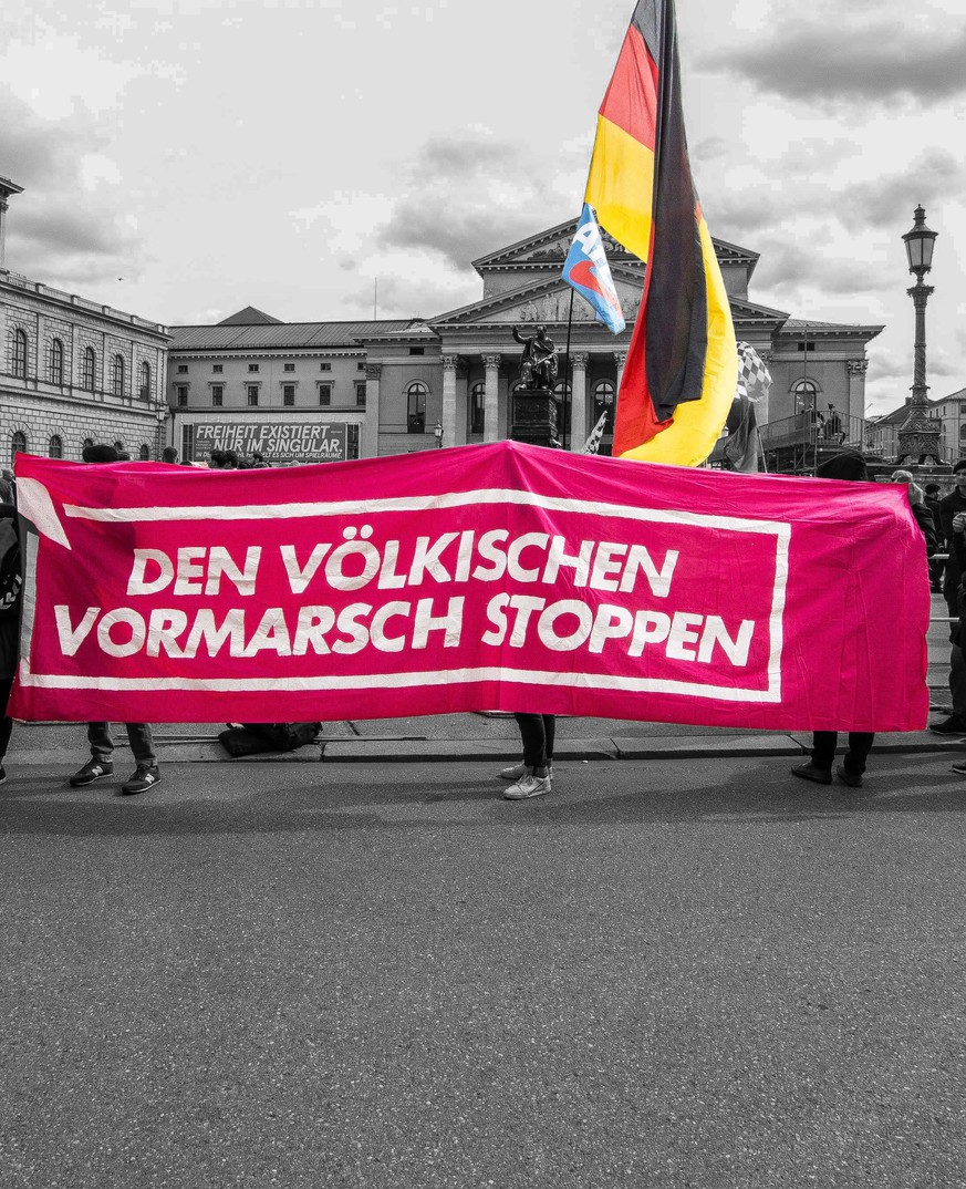 September 22, 2018 - Munich, Bavaria, Germany - Stop the advance of the (far-right) people held by counter demonstrators against the right-extreme AfD and Junge Alternative (junior alternative) in front of the Residenz. This Oktoberfest Saturday the far-right to extreme-right Alternative For Germany (AfD) party organized two rallies in the Munich city center, one at Max Joseph Platz and the second at Stachus. In attendance were numerous figures of the extreme-right spectrum, including neo-nazis, Heinz Meyer of Pegida Munich who is under terrorism monitoring, and members of the extremist Identitaere Bewegung. Munich Germany PUBLICATIONxINxGERxSUIxAUTxONLY - ZUMAb160 20180922_zbp_b160_004 Copyright: xSachellexBabbarx