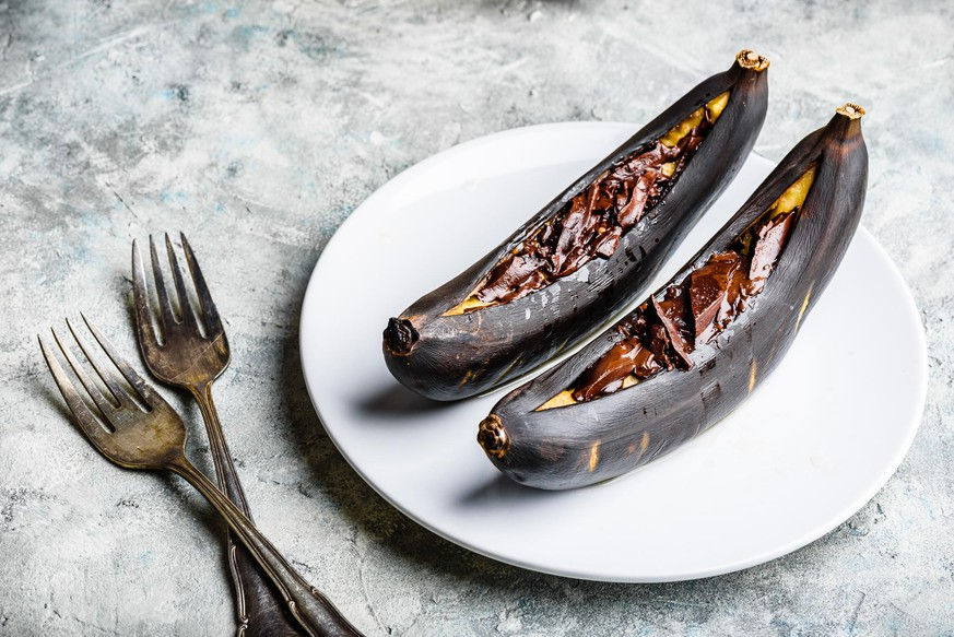 Grilled bananas with dark chocolate and citrus juice