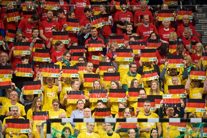 Handball Hannover 04.01.2019 testspiel Vorbereitungsspiel Deutschland (GER) - Tschechien (CZE) Fans Deutschland mit Klatschpappen schwarz rot gold *** Handball Hanover 04 01 2019 test match preparation game Germany GER Czech Republic CZE fans Germany with black cardboard red gold