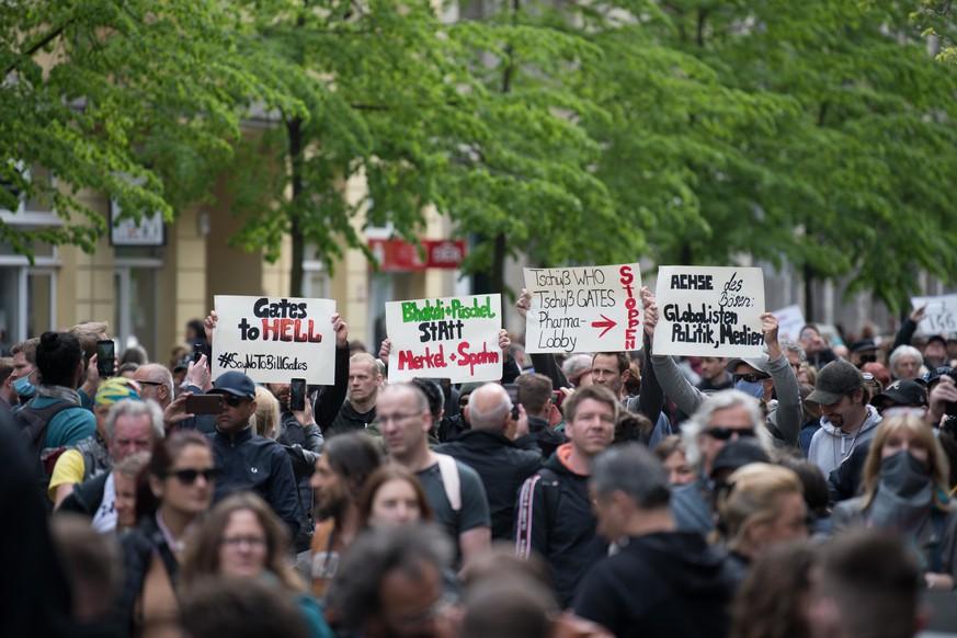 Demonstranten versammeln sich trotz Corona-Verbot vor Berliner Volksbühne