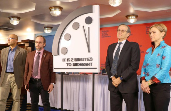 Themen der Woche Bilder des Tages Doomsday Clock moves ahead Board members of the magazine Bulletin of the Atomic Scientists present a panel in Washington on Jan. 25, 2018, showing the minute hand on the symbolic Doomsday Clock has been pushed forward from 2 and a half minutes to 2 minutes to midnight, or apocalypse. PUBLICATIONxINxGERxSUIxAUTxHUNxONLY