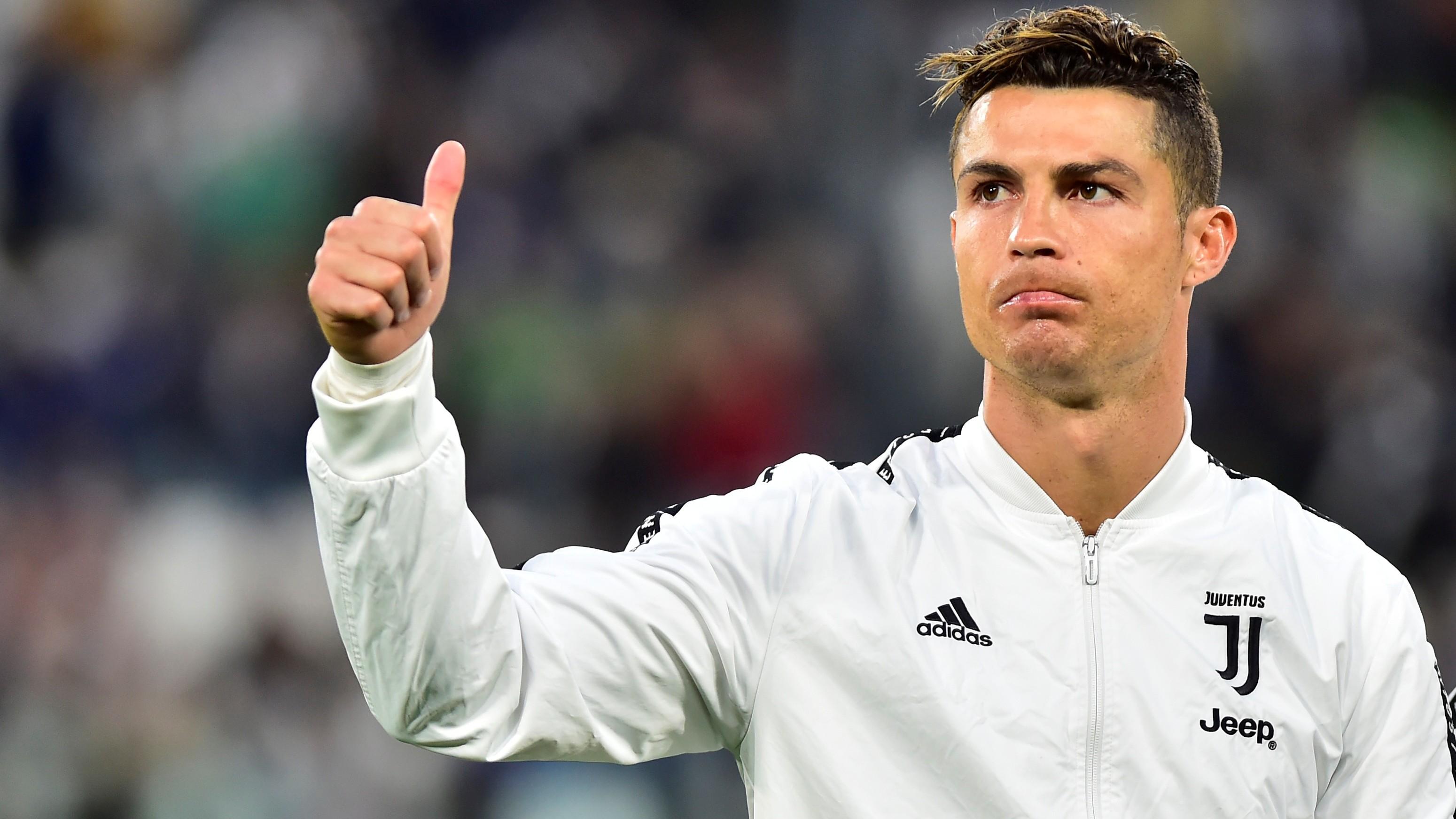 Juventus Turin: Cristiano Ronaldo zeigt das neue Trikot in ...