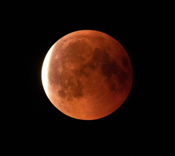 Der Mond waehrend der totalen Mondfinsternis am Abend des 27. Juli 2018 gesehen bei Bad Doberan an der Ostsee in Mecklenburg-Vorpommern. Bei der totalen Mondfinernis ist der Mond vollstaendig in den Kernschatten der Erde eingetreten. Wenn sich der Mond vollstaendig im Kernschatten der Erde befindet, wird das Licht auf eine besondere Art gebrochen. Der Mond steht dann als sogenannter Blutmond oder roter Mond am Himmel. Totale Mondfinsternis ueber Deutschland *** The moon during the total lunar eclipse on the evening of 27 July 2018 seen at Bad Doberan on the Baltic Sea in Mecklenburg Vorpommern In the total moonfinernis the moon has completely entered the core shadow of the earth When the moon is completely in the shadow of the earth the light is on a special kind of broken The moon is then as so-called blood moon or red moon in the sky To Copyright: epd-bild/StefanxArend