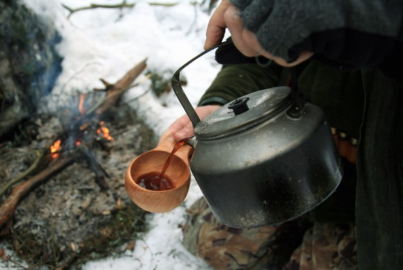 Making coffee on campfire. Photo: Pekka Sakki +++(c) dpa - Report+++ |