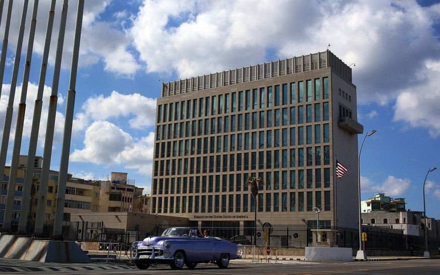 An old US car passes by the US Embassy in Havana, Cuba, 17 December 2017. The historic announcement of the normalization of relations between Cuba and the US after six decades of feud reaches three years with an uncertain future due to the hostility of new US President Donald Trump, a move used by Russia to restablish the interests in the island. Russia takes advante of failed thaw with US to retake positions with Cuba !ACHTUNG: NUR REDAKTIONELLE NUTZUNG! PUBLICATIONxINxGERxSUIxAUTxONLY Copyright: xAlejandroxErnestox HAV002 20171217-636491388856643111
