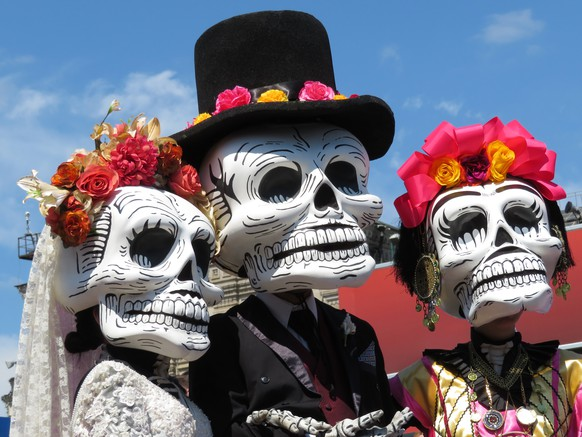 Participants of the Mexican holiday in death masks