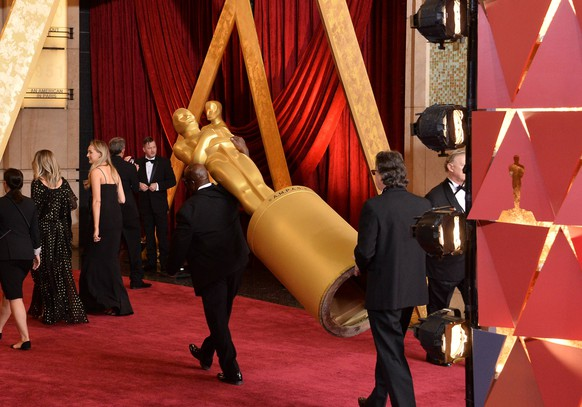 An Oscar statue arrives on the red carpet for the 89th annual Academy Awards at the Dolby Theatre in the Hollywood section of Los Angeles on February 26, 2017. PUBLICATIONxINxGERxSUIxAUTxHUNxONLY LAP20170226325 JIMxRUYMENto Oscar Statue arrives ON The Red Carpet for The 89th Annual Academy Awards AT The Dolby Theatre in The Hollywood Section of Los Angeles ON February 26 2017 PUBLICATIONxINxGERxSUIxAUTxHUNxONLY LAP20170226325 JIMxRUYMEN
