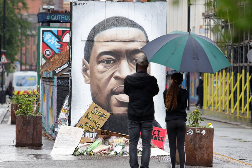 Black Lives Matter protests Members of the public stop to view a mural of George Floyd by the street artist Akse in Stevenson Square in Manchester s Northern Quarter. The mural is in memory of George Floyd who was killed on May 25 while in police custody in the US city of Minneapolis. PUBLICATIONxINxGERxSUIxAUTxONLY Copyright: xTimxMarklandx 54095935