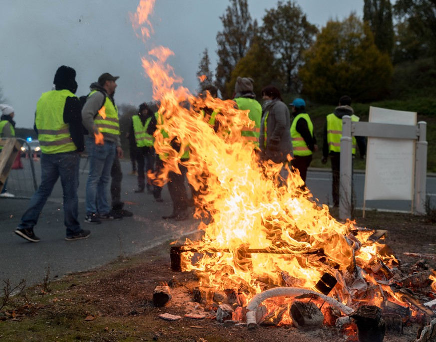 November 17, 2018 - Nantes, France - Thousands of citizens of Loire-Atlantique in Nantes, France, on 17 November 2018 answered the call of the yellow vests launched on the networks to protest against the increase of the taxation of the fuels.From dawn, about fifty yellow vests (gilets jaunes ) are positioned at the Porte d Armor, exit of the Nantes ring road giving access to the Atlantis shopping center, the largest in the city. Nantes France PUBLICATIONxINxGERxSUIxAUTxONLY - ZUMAn230 20181117_zaa_n230_181 Copyright: xEstellexRuizx