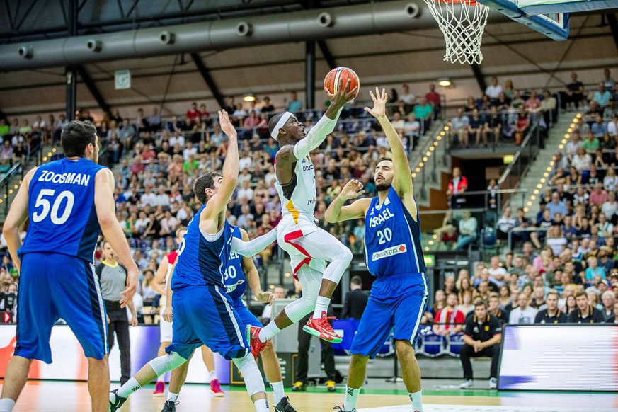 Dennis Schroeder 17 (Germany) im Duell mit Idan Zalmanson 20 (Isreal) waehrend der FIBA Basketball World Cup 2019 Europa Qualifikation zwischen Deutschland und Israel in Arena Leipzig am 16. September 2018 in Leipzig, Saxony, Germany (Photo by Hartmut Boesener) BB-LS Deutschland - Israel *** Dennis Schroeder 17 Germany in a duel with Idan Zalmanson 20 Isreal during the FIBA \u200b\u200bBasketball World Cup 2019 Europe qualification between Germany and Israel in Arena Leipzig on 16 September 2018 in Leipzig Saxony Germany Photo by Hartmut Boesener BB LS Germany Israel Copyright: xEIBNER/HartmutxBoesenerx EP_HBR