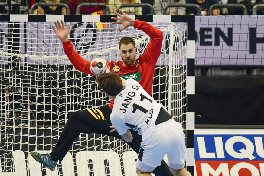 Deutschland , Berlin , Mercedes Benz Arena , IHF Handball Weltmeisterschaft der Maenner , Deutschland Siebenmeter 33 Andreas Wolff (GER ) - Korea 11 Hyun - Dong Jang ( KOR ) *** Germany Berlin Mercedes Benz Arena IHF Handball World Mens Championship Germany Siebenmeter 33 Andreas Wolff GER Korea 11 Hyun Dong Jang KOR
