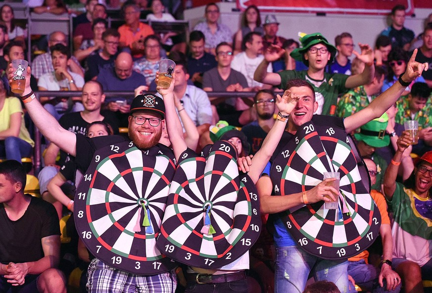 Bilder des Tages - SPORT 02.06.2018, xhbx, Dart, Dart WM in Frankfurt 2018, emspor, v.l. Dart Fans, Zuschauer, Stimmung, Eissporthalle Frankfurt am Main *** 02 06 2018 xhbx Dart Dart World Cup in Frankfurt 2018 emspor v l Dart Fans Spectators Mood Ice rink Frankfurt am Main