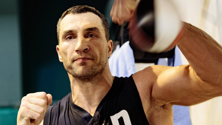 06.04.2017, Stanglwirt, Going, AUT, Wladimir Klitschko, Training, Kampfvorbereitung gegen Joshua, im Bild Wladimir Klitschko an der Boxbirne // Wladimir Klitschko during a practice session withon the speedball during a training session in front of his Fight against Joshua at the Stanglwirt in Going, Austria on 2017/04/06. Going PUBLICATIONxNOTxINxAUT EX_GRO