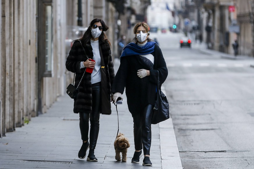 Coronavirus emergency in Rome Two Women with antivirus masks and gloves take their dog for a walk on Via Del Corso in Rome *** Coronavirus emergency in Rome Two women with antivirus masks and gloves take their dog for a walk on Via Del Corso in Rome Copyright: xBEAUTIFULxSPORTS/A.xGiannettix