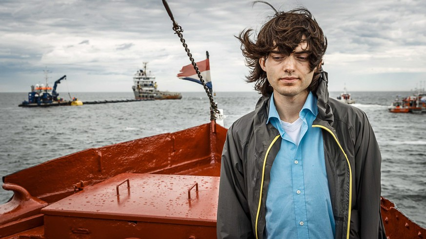 epa05385984 Dutch inventor Boyan Slat stands on a boat in front of first prototype set up of 'The Ocean Cleanup', which is being installed off the Dutch coast near Scheveningen, The Netherlands, 23 June 2016. Dutch Dredging and Marine experts company 'Royal Boskalis Westminster' together with the Dutch government contributeed 1.5 million euro to the project, provides carrying the prototype. 'The Ocean Cleanup' according to a description on their website 'develops advanced technologies to rid the world's oceans of plastic. EPA/REMKO DE WAAL +++(c) dpa - Bildfunk+++ |
