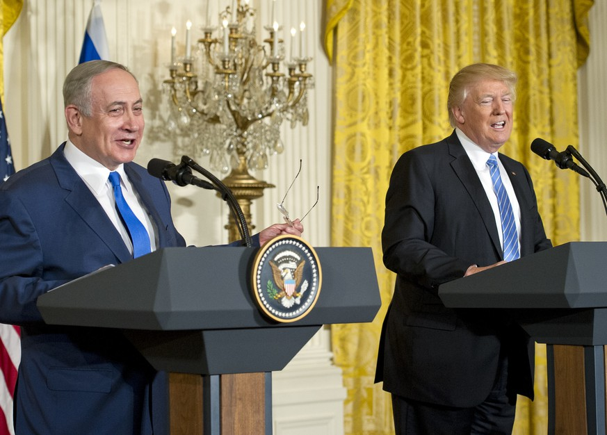 United States President Donald J. Trump, right, holds a joint press conference with Prime Minister Benjamin Netanyahu of Israel, left, in the East Room of the White House in Washington, DC on Wednesday, February 15, 2017. Credit: Ron Sachs / CNP Foto: Ron Sachs/Consolidated/dpa | Verwendung weltweit