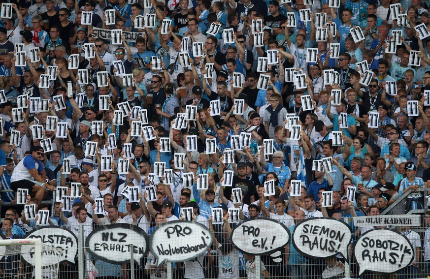 GER, DFB-Pokal, Chemnitzer FC vs Hamburger SV 11.08.19 , Chemnitz , Stadion an der Gellertstrasse, GER, DFB-Pokal, 1.Runde, Saison 2019/2020, Chemnitzer FC vs Hamburger SV im Bild Chemnitzer Fans solidarisieren sich mit Daniel Frahn / Protest gegen Insolvenzverwalter Klaus Siemon *** GER, DFB Cup, Chemnitzer FC vs Hamburger SV 11 08 19 , Chemnitz , Stadion an der Gellertstrasse, GER, DFB Cup, 1 Round, Season 2019 2020, Chemnitzer FC vs Hamburger SV in the picture Chemnitzer fans solidarity with Daniel Frahn protest against insolvency administrator Klaus Siemon