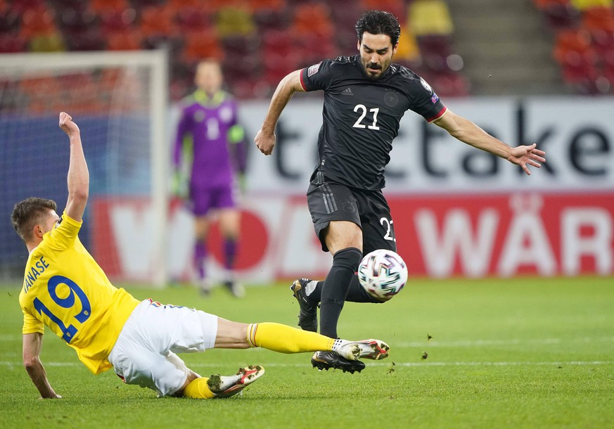 Ilkay GUENDOGAN, DFB 21, compete for the ball, tackling, duel, header, zweikampf, action, fight against Florin TANASE, ROM 19 in the match ROMANIA - GERMANY Rum