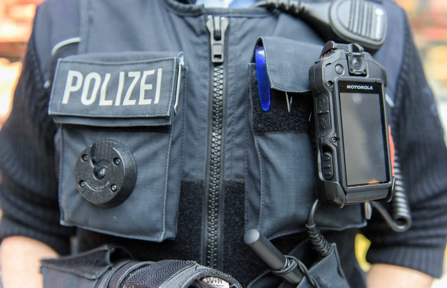 Bodycam der Polizei Deutschland, Potsdam - 03/11/2018: Eine Bundespolizistin mit Bodycam im Hauptbahnhof Potsdam. Potsdam Brandenburg Deutschland *** Bodycam der Polizei Deutschland Potsdam 03 11 2018 A Federal Police Officer with Bodycam at Potsdam Central Station Potsdam Brandenburg Germany