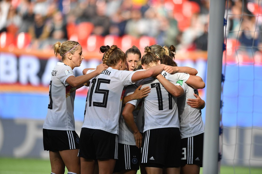 Jubel, Freuen, celebrate, happy, cheer , Goal Celebration 1:0 Deutschland, 12.06.2019, Valenciennes (Frankreich), Fussball, FIFA Frauen-WM 2019, Deutschland - Spanien, FIFA REGULATIONS PROHIBIT ANY USE OF PHOTOGRAPHS AS IMAGE SEQUENCES AND/OR QUASI-VIDEO. *** Jubel, Freuen, celebrate, happy, cheer , Goal Celebration 1 0 Germany, 12 06 2019, Valenciennes France , Football, FIFA Womens World Cup 2019, Germany Spain, FIFA REGULATIONS PROHIBIT ANY USE OF PHOTOGRAPHS AS IMAGE SEQUENCES AND OR QUASI VIDEO xmkx