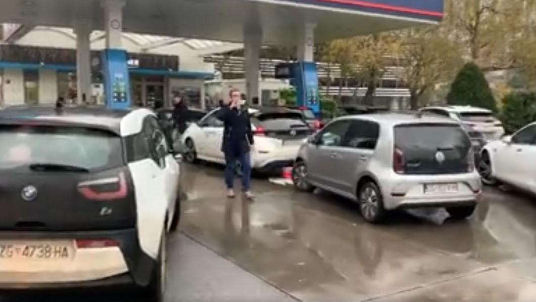 """""""Rache des Elektroautos"""": Tesla-Fahrer kontern E-Auto-Gegner mit Tankstellen-Blockade"""