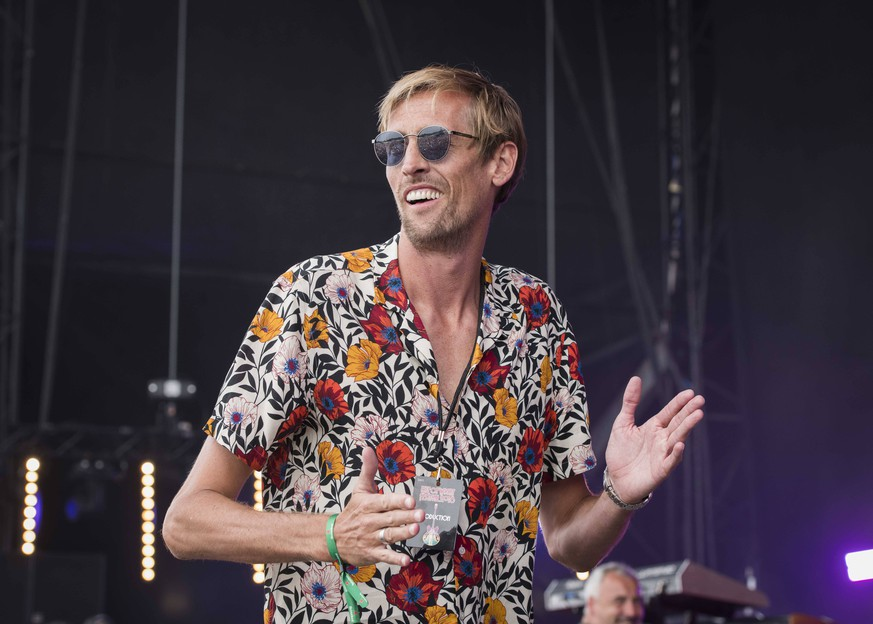 Peter Crouch on stage kicking footballs into the crowd for charity at the Isle of Wight festival at Seaclose Park, Newport. Picture date: Saturday 23rd June, 2018. Photo credit should read: David Jensen/EMPICS Entertainment PUBLICATIONxINxGERxSUIxAUTxHUNxONLY EE_Isle_of_Wight_Day3_17.JPG
